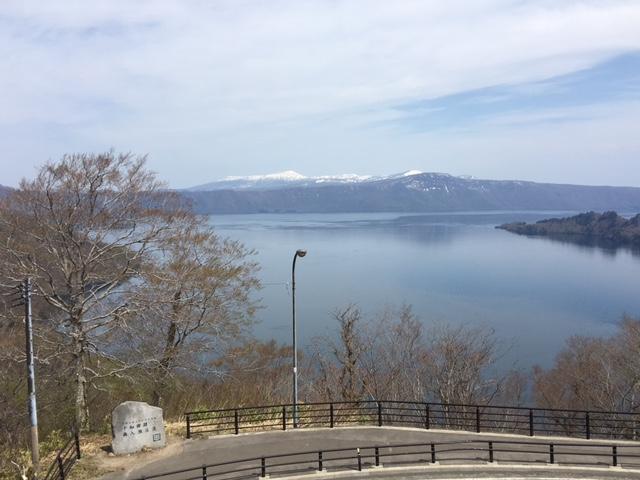 十和田湖を見下ろす